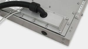 Serre-câbles IP65/IP66 avec option de cache pour sortie de câbles sous goulotte pour les écrans industriels à montage encastrable universel