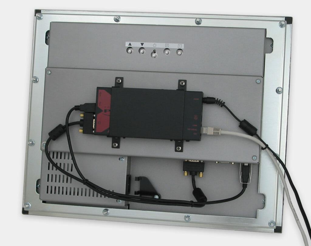 Prolongateur KVM USB industriel de 300 m avec montage VESA sur écran à montage encastrable sur façade